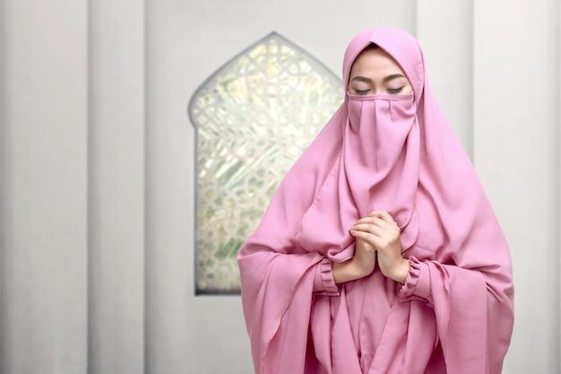 Retrato, de, asiático, muçulmano, mulher, desgastar, niqab, orando