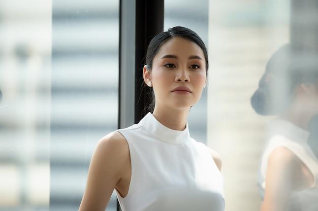Retrato, de, asiático, mulher jovem, sorrindo, posou