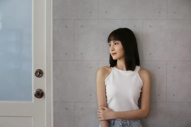 Retrato, de, asiático, mulher jovem, sorrindo
