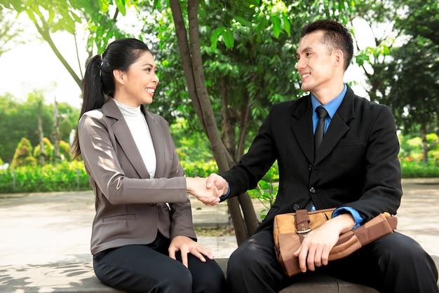 Retrato, de, asiático, pessoas negócio, apertar mão
