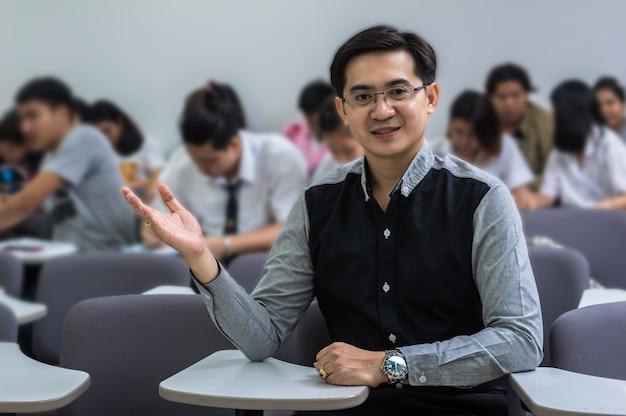 Retrato, de, asiático, professor, em, a, sala aula, universidade, educação, conceito