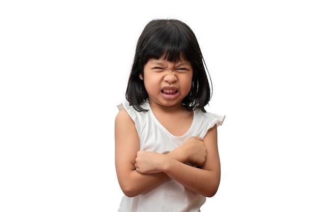 Retrato de asiático zangado triste e abraço uma menina isolada no fundo branco