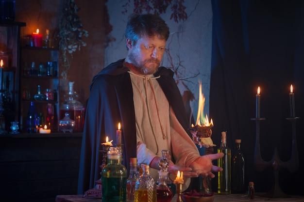 Retrato de assistente com queima de velas e poções mágicas