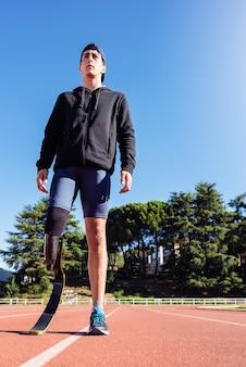 Retrato de atleta com deficiência com prótese de perna. conceito de esporte paralímpico.