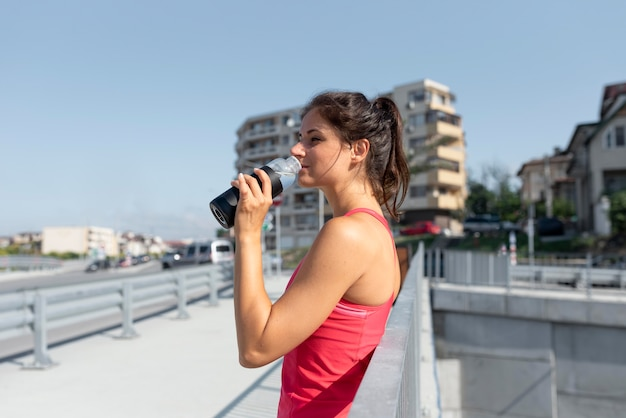 Retrato de atleta feminina bebendo água