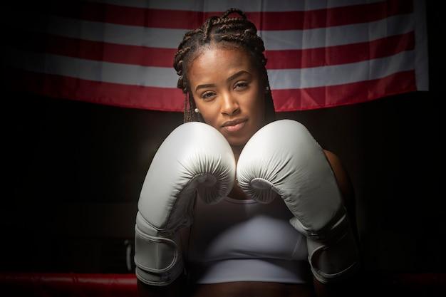 Retrato de atleta jovem negra com luvas de boxe.