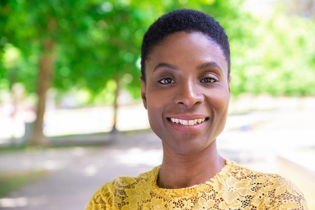 Retrato, de, atraente, africano-americano, senhora, com, cabelo curto