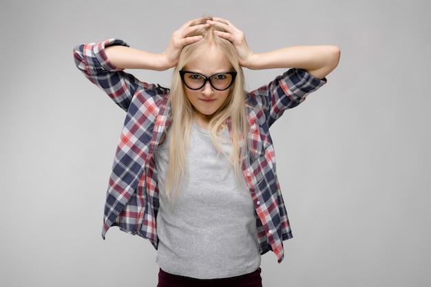 Retrato, de, atraente, cansadas doce, adorável, adolescente, loura, menina, em, checkered roupas, em, óculos, com, mãos cabeça