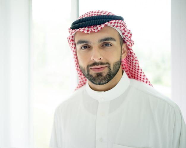 Retrato de atraente homem árabe