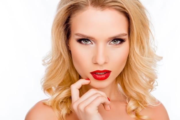 Retrato de atraente loira apaixonada com maquiagem profissional