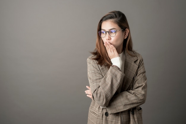 Retrato, de, atraente, mulher negócio, em, estúdio