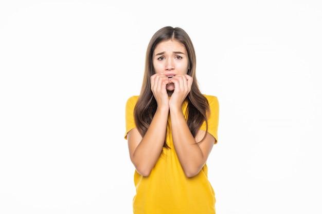 Retrato de atraente surpreso animado assustado gritando adolescente, de mãos dadas na cabeça, boca aberta com cabelos longos castanhos, isolado sobre a parede branca