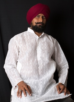 Retrato de autênticos homens índios punjabi sikhs sorridentes, usando turbante e barba espessa,