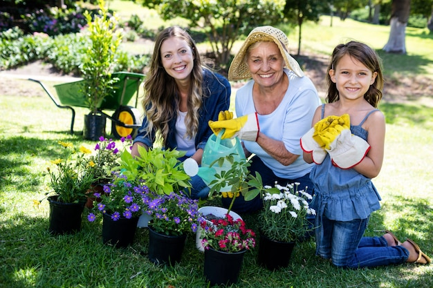 Retrato de avó, mãe e filha juntos de jardinagem