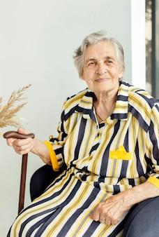 Retrato de avó posando em vestido elegante