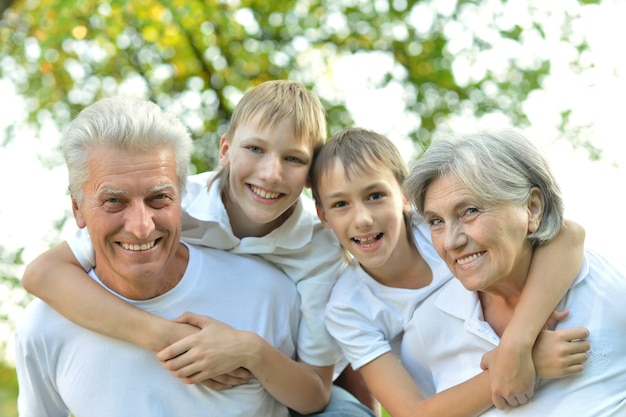 Retrato de avós e netos se beijando
