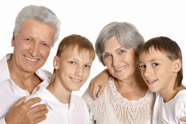 Retrato de avós felizes e seus dois netos