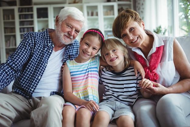 Retrato de avós sentados com seus netos