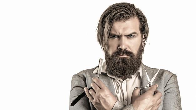Retrato de barba de homem elegante. tesouras de barbeiro e navalha, barbearia. barbearia vintage, barbear-se.