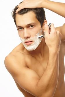 Retrato de barbear bonito homem de sucesso a sorrir