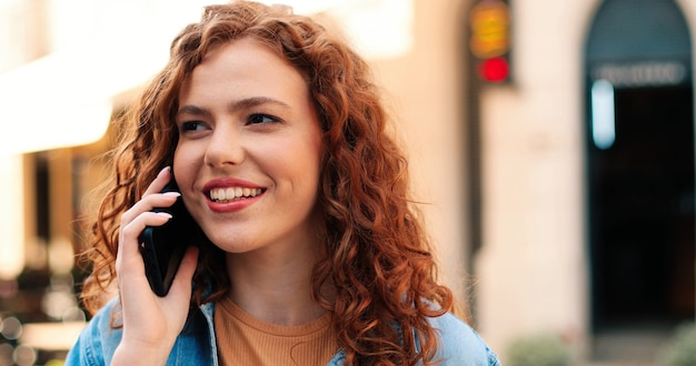 Retrato de bate-papo de prazer de menina ruiva sorridente feliz vestindo roupas casuais de estilo de vida confortável cha ...
