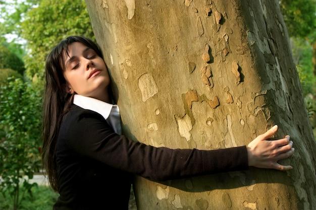 Retrato, de, beatiful, mulher, abraçando, um, árvore