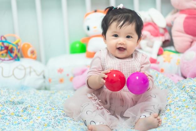Retrato de bebê fofo brincando com bola