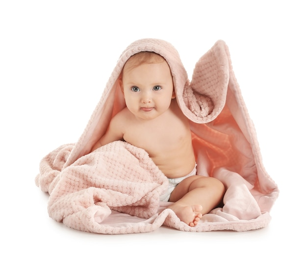 Retrato de bebê fofo com manta branca