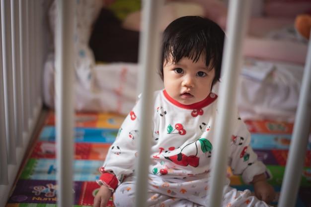 Retrato de bebê fofo na barreira da criança