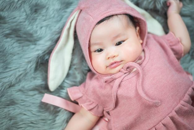 Retrato de bebê fofo na iluminação de estúdio