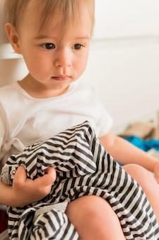 Retrato de bebê fofo sentado na gaveta