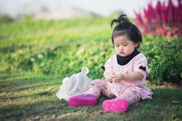 Retrato de bebê fofo viajar no jardim de flores
