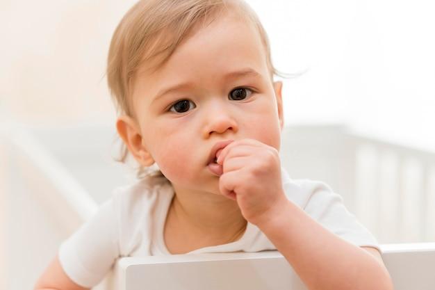 Retrato de bebê no berço