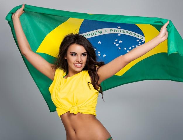 Retrato de bela fã de futebol brasileiro