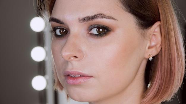 Retrato de bela maquiagem cliente