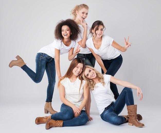 Retrato de belas garotas felizes multiétnicas