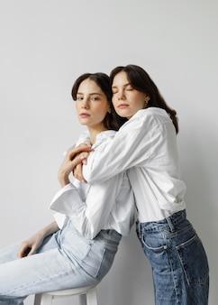 Retrato de belas moças se abraçando