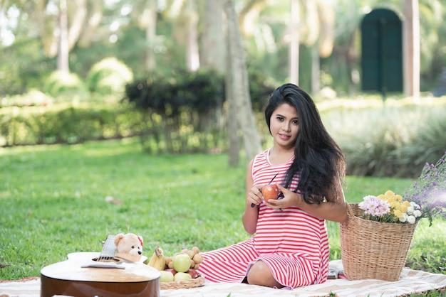 Retrato de belas mulheres fazendo um piquenique no jardim
