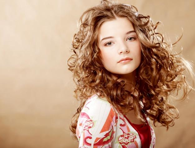 Retrato de beleza. cabelo encaracolado