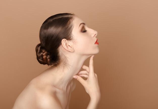 Retrato de beleza. linda mulher tocando seu pescoço.