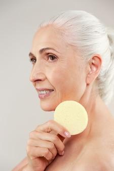 Retrato de beleza vista lateral de uma mulher idosa seminua