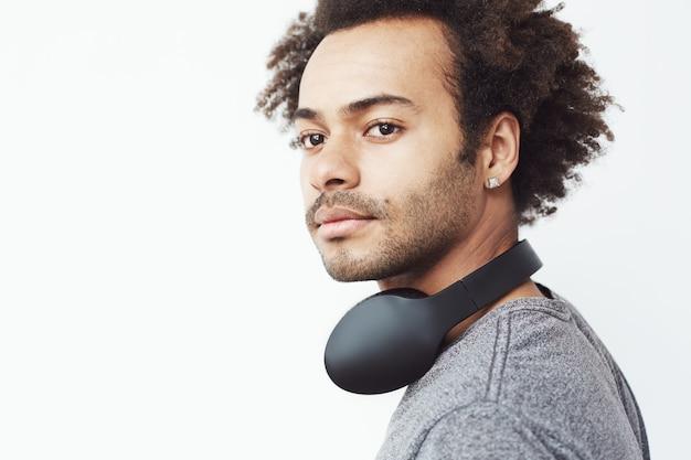 Retrato de bonito africano com fones de ouvido