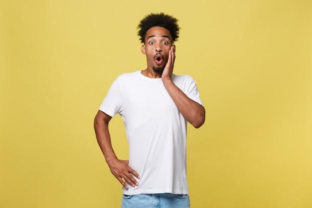 Retrato, de, bonito, africano, empreendedor, ou, trabalhador escritório, desgastar, paleto, apontar, seu, dedo