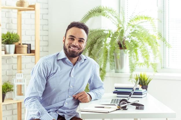 Retrato, de, bonito, africano, pretas, jovem, homem negócio, trabalhar, laptop, em, escritório