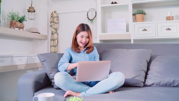 Retrato, de, bonito, atraente, jovem, sorrindo, mulher asian, usando computador, ou, laptop