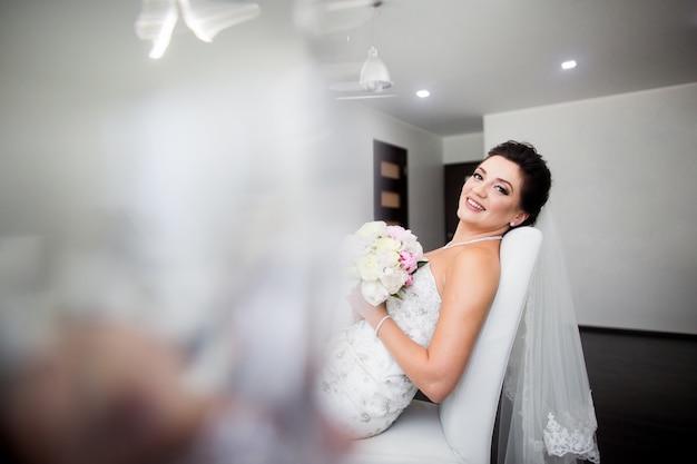 Retrato, de, bonito, feliz, noiva, sentar sofá