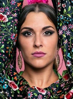 Retrato, de, bonito, flamenca, olhando câmera