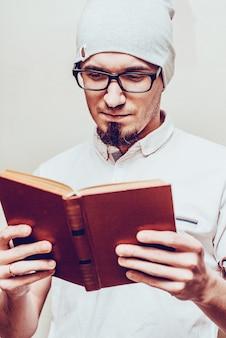 Retrato, de, bonito, homem barbudo, lendo um livro