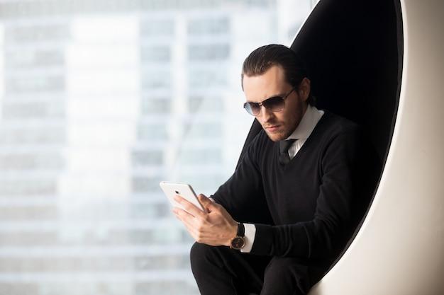 Retrato, de, bonito, homem negócios, em, óculos de sol
