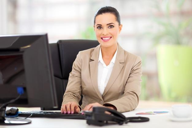 Retrato, de, bonito, jovem, executiva, em, escritório